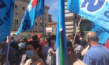#NonStaAndandoTuttoBene Sit in dei lavoratori in piazza Santi Apostoli